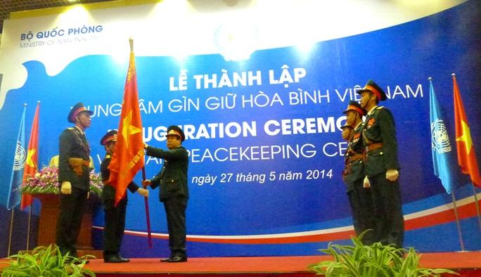 Đại tướng Phùng Quang Thanh, Bộ trưởng Bộ Quốc phòng, trao quân kỳ Quyết thắng cho Trung tâm Gìn giữ hòa bình Việt Nam
