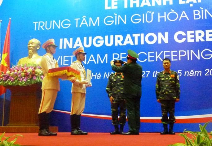 Bộ trưởng Phùng Quang Thanh trao quyết định, mũ nồi xanh cho hai sĩ quan làm nhiệm vụ gìn giữ hòa bình LHQ tại Nam Sudan