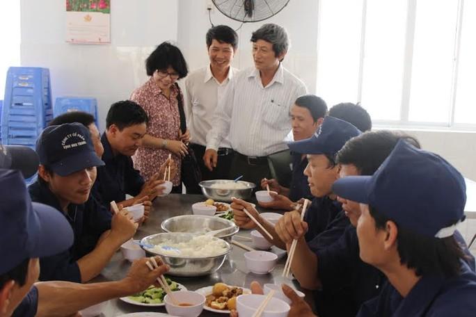 Lãnh đạo LĐLĐ tỉnh Khánh Hòa thăm hỏi đời sống, việc làm của công nhân