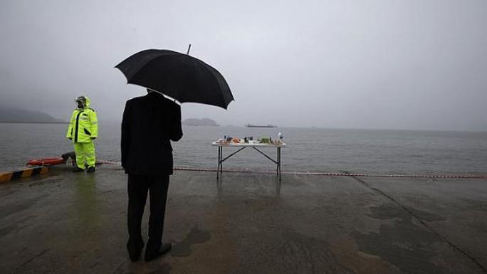 Một bàn thờ hướng ra biển trên đảo Jindo ngày 28-4. Ảnh: Reuters