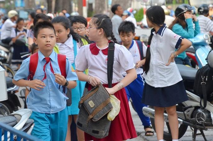 Học sinh học thêm tại Trường Tiểu học Trần Hưng Đạo (quận 1, TP HCM) chiều 11-4 Ảnh: Tấn Thạnh
