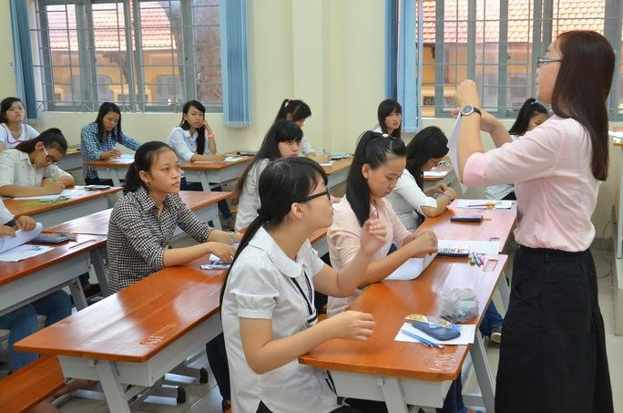 Thí sinh làm bài thi môn toán tại Hội đồng thi ĐH Sài Gòn. Ảnh: T. Thạnh