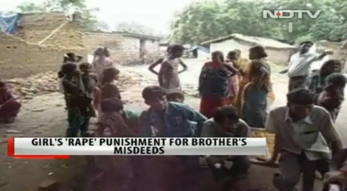 Dân làng chứng kiến vụ việc nhưng không dám can thiệp. Ảnh: NDTV
