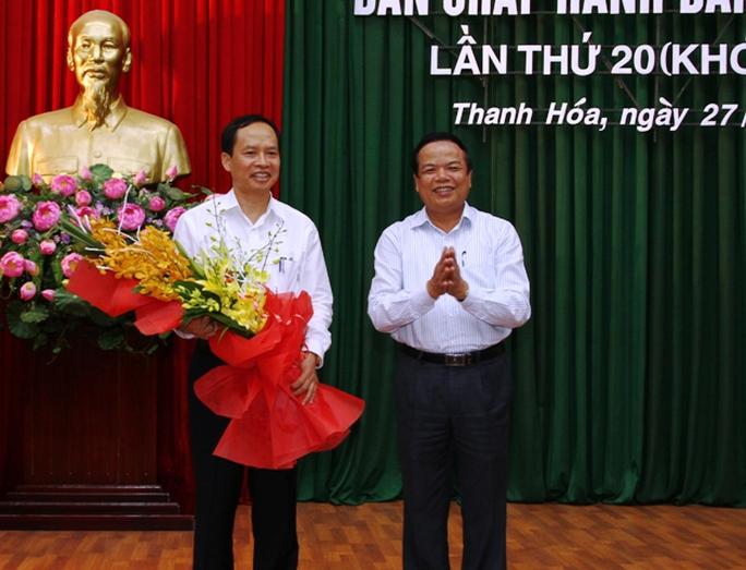 Ông Trịnh Văn Chiến (bìa trái) được bầu giữ chức Bí thư Tỉnh ủy Thanh Hóa