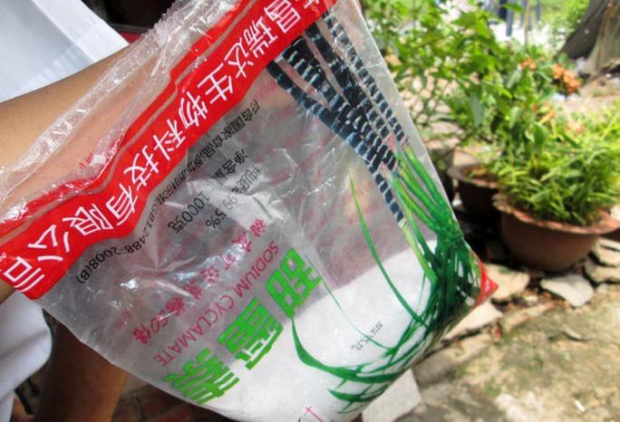 Bịch chứa chất phụ gia độc hại đã sử dụng gần hết.
