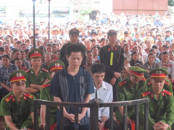 Hàng ngàn người dân tới xem phiên tòa xét xử người cha đánh chết con