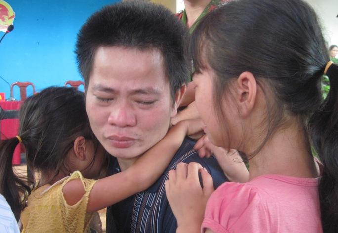 Bị cáo ôm các con chào từ biệt trước khi thụ án 21 năm tù
