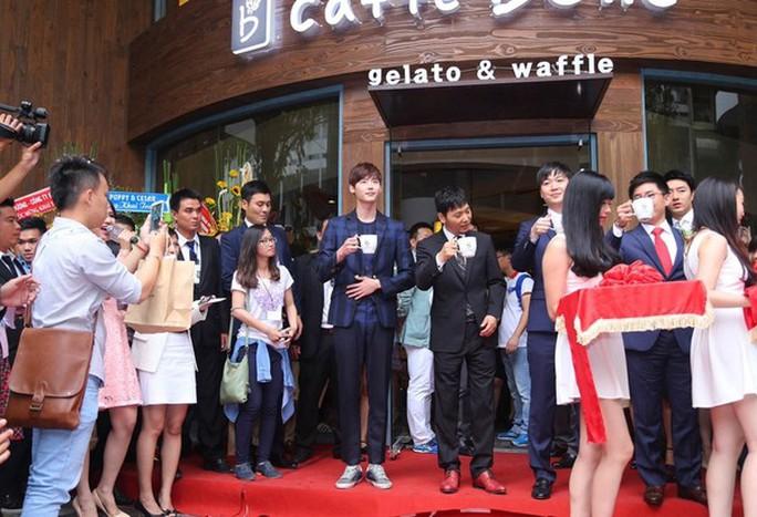 Diễn viên Hàn Quốc Lee Jong Suk xuất hiện trong buổi lễ khai trương của quán Caffe Bene. Ảnh: Kenh14