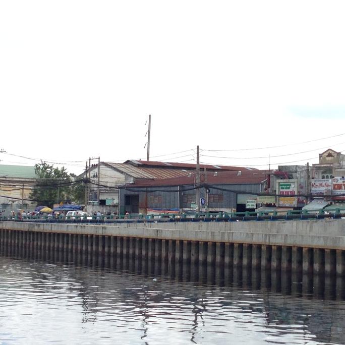 Đoạn Kênh Tàu Hủ trước chợ Bình Đông nơi xảy ra vụ việc