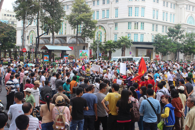 Công trường Lam Sơn chật cứng những người thjam dự cuộc mít tinh phản đối Trung Quốc xâm phạm chủ quyền lãnh thổ Việt Nam
