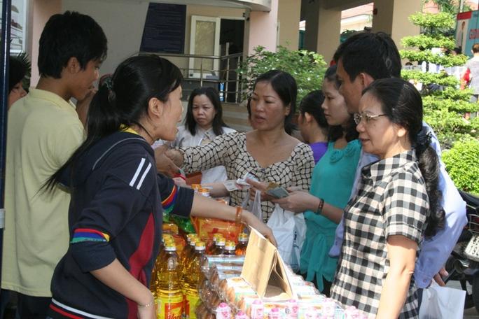 CNVC-LĐ quận Gò Vấp, TP HCM ủng hộ hàng Việt Nam chất lượng cao tại Ngày hội bán hành giảm giá do LĐLĐ quận tổ chức