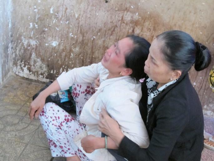 Chị Mỹ Phượng, chị gái sinh viên Bùi Quốc Lợi ngã quỵ trong nhà xác