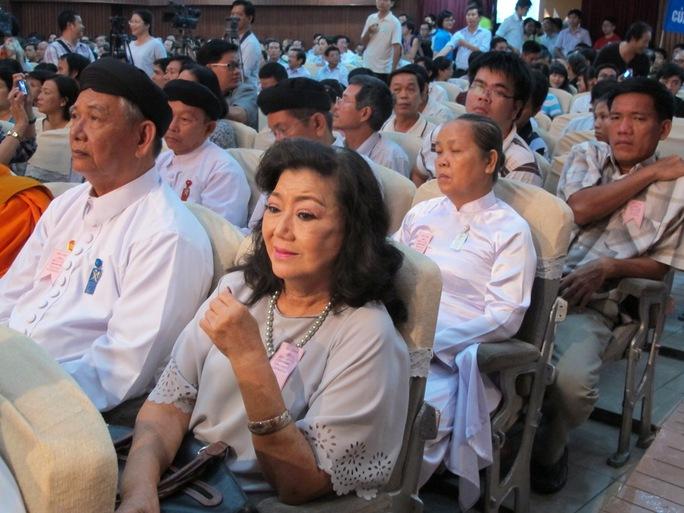 Diễn viên Kim Cương cùng người dân TP HCM tham gia cuộc mít tinh bày tỏ thái độ trước việc Trung Quốc xâm phạm chủ quyền lãnh thổ Việt Nam