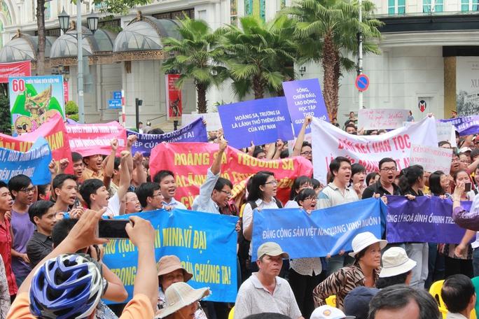 Nhiều người đứng tràn qua đường Lê Lợi