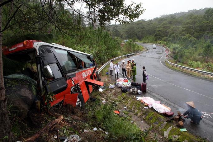 Không muốn xe bị lọt xuống suối, tài xế đã đâm vào vách núi