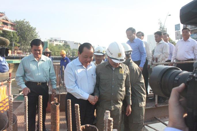 Ông Lê Thanh Hải - Uỷ viên Bộ Chính trị, Bí thư thành ủy TPHCM thăm công nhân thi công cầu Bông