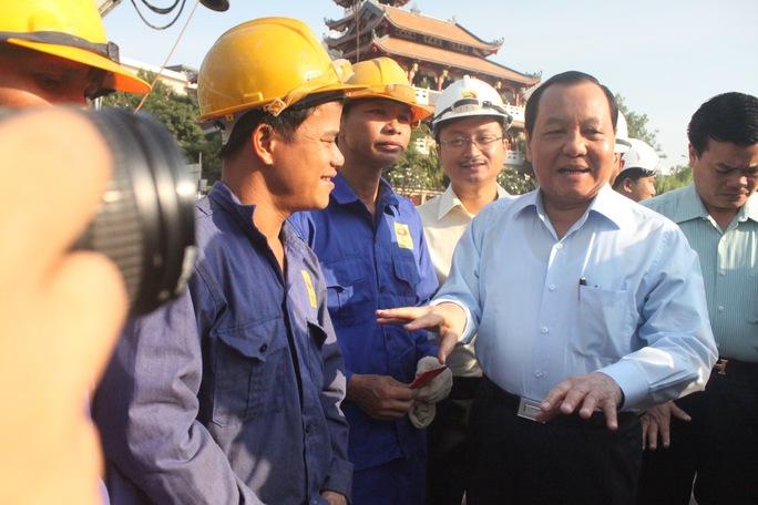Bí thưThành ủy TP HCM Lê Thanh Hải động viên công nhân thi công cầu Hậu Giang