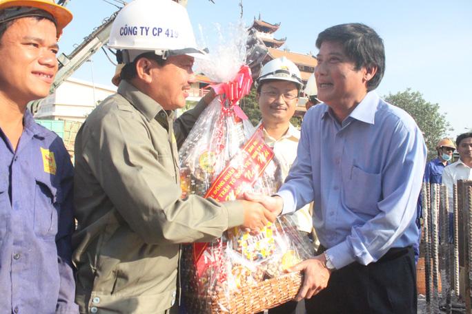 Ông Nguyễn Văn Đua, Phó Bí thư thường trực Thành ủy TP HCM tặng quà công nhân thi công cầu Lê Văn Sỹ