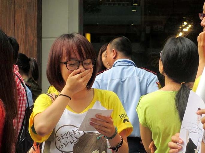 Một nữ sinh phát khóc khi được tặng ảnh và chữ ký của thần tượng.