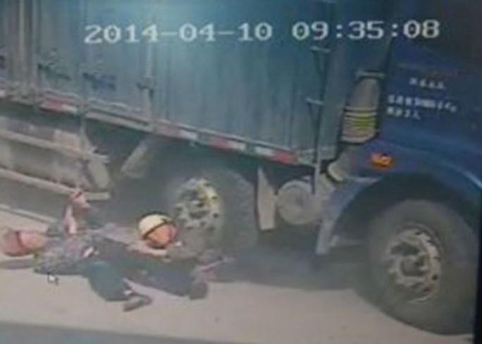 Ngực của ông cụ sau đó bị bánh xe tải nghiền nát và tử vong ngay lập tức. Ảnh: CENTRAL EUROPEAN NEWS