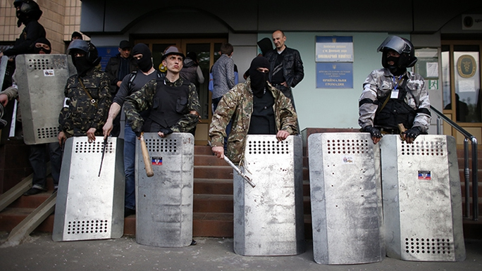 Protesters stand guard at the entrance of the district council building in Donetsk, eastern Ukraine May 4, 2014. (Reuters / Marko Djurica)