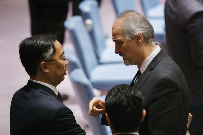 Syrias U.N. Ambassador Bashar Jaafari (R) speaks to Chinas deputy U.N. Ambassador Wang Min during a meeting of the United Nations Security Council at the U.N. headquarters in New York May 22, 2014. REUTERS-Lucas Jackson