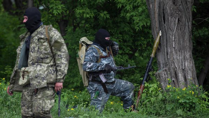 Pro-independence armed men take positions near the town of Slaviansk, eastern Ukraine, May 5, 2014