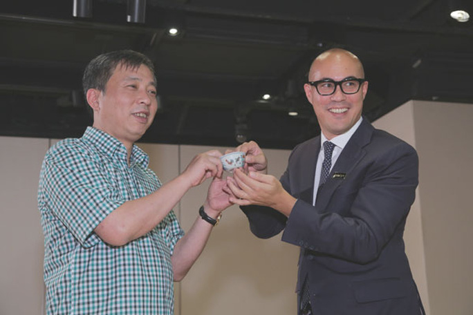 Liu Yiqian (left) receives the Chenghua chicken cup in Hong Kong. Photo provided to China Daily.