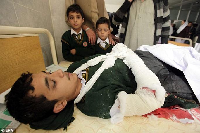 Các học sinh điều trị tại bệnh viện. Ảnh: EPA