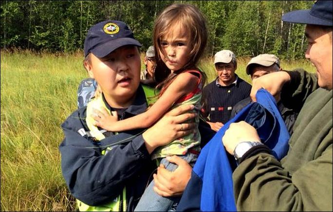Bé Karina may mắn sống sót sau 11 ngày trong rừng. Ảnh: SakhaPress