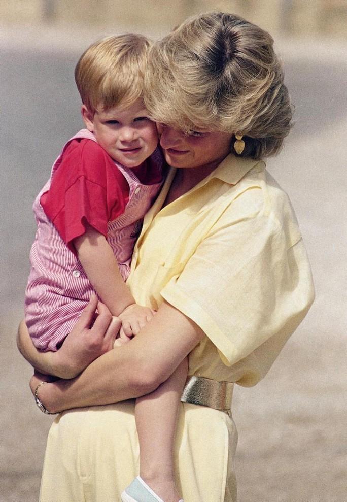 Công nương Diana qua đời khi Hoàng tử Harry chỉ mới 12 tuổi. Ảnh: AP