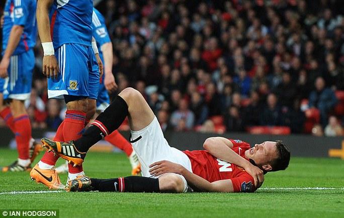 Phil Jones nằm đau đớn trên sân