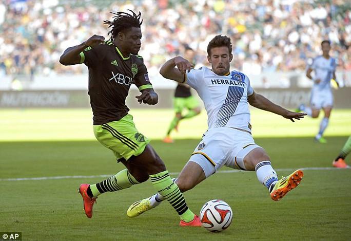 Robbie Keane và Obafemi Martins (trai trong trận play-off MSL bảng miền Tây