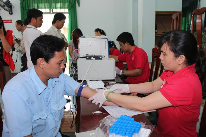 công nhân kiểm tra sức khỏe trước khi hiến máu