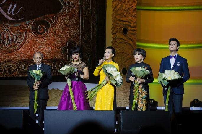 Các nghệ sĩ khách mời trong liveshow Khánh Ly (từ trái qua): Nhạc sĩ Nguyễn Ánh 9, ca sĩ Khánh Hà, Lệ Thu, Quang Dũng .
