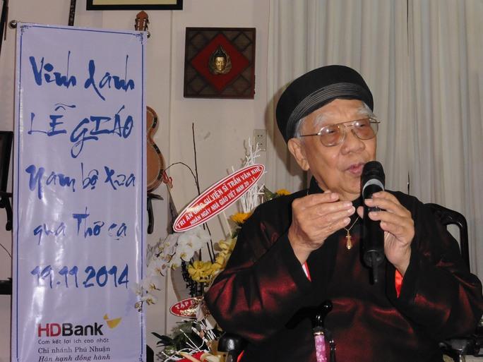 GS-TS Trần Văn Khê trong buổi văn nghệ nhân ngày Nhà giáo Việt Nam 20-11