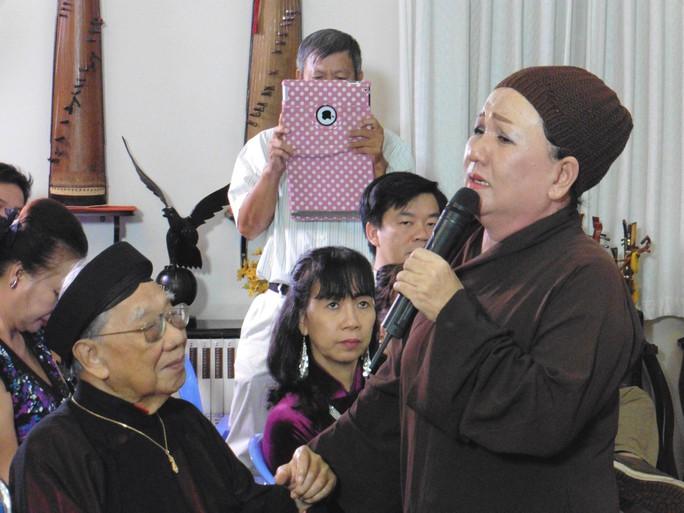 Kim Hương (đoàn Thanh Minh, Thanh Nga) biểu diễn trong chương trình văn nghệ vinh danh Lễ giáo xưa trong thơ ca