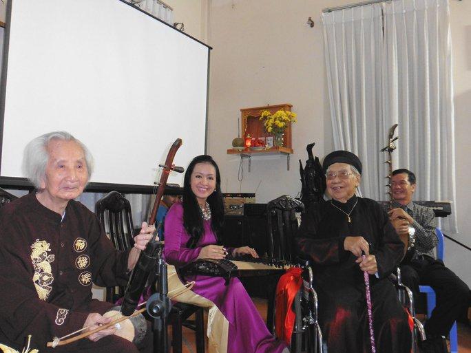 GS nhạc sĩ Vĩnh Bảo, Hải Phượng và GS-TS Trần Văn Khê, thạc sĩ Huỳnh Khải biểu diễn Đờn ca tài tử Nam Bộ