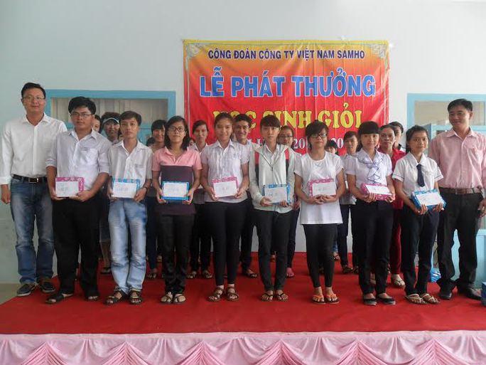 Đại diện ban giám đốc (bìa trái) và Công đoàn Công ty Việt Nam Samho tại lễ tuyên dương con công nhân vượt khó