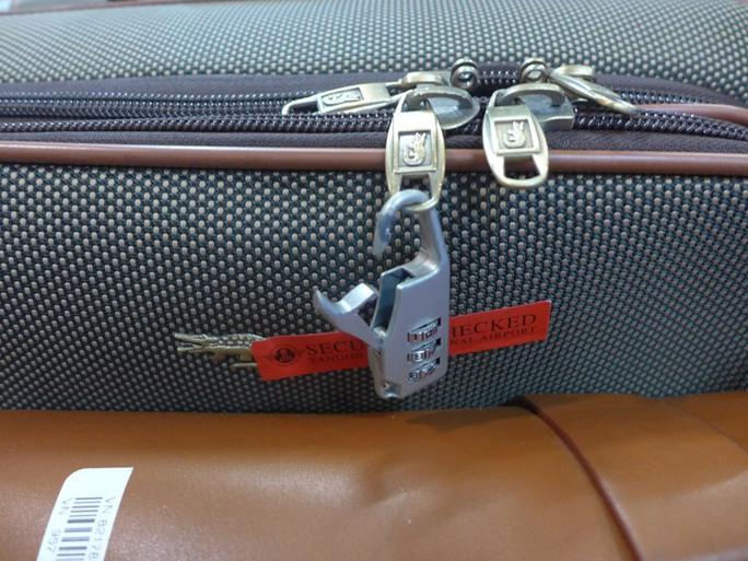 Khoá chiếc vali của chị Ngô Thị Hằng