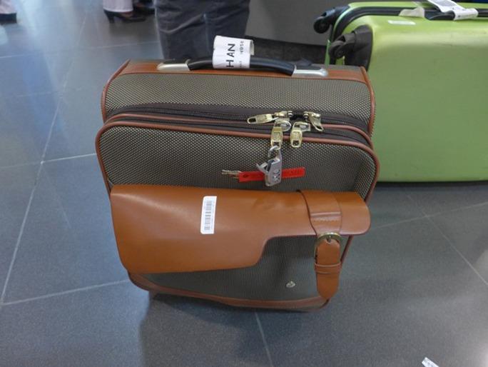 Chiếc vali của chị Ngô Thị Hằng với chiếc khoá có hiện tượng bị bẻ gãy