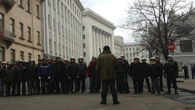 Người biểu tình đã phong tỏa văn phòng Tổng thống tại Kiev hôm 22-2