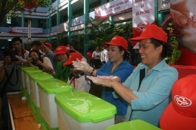 Bà Nguyễn Thị Km Tiến, Bộ trưởng Bộ Y tế (thứ hai từ phải qua) và đại diện Cục Y tế dự phòng tại lễ phát động