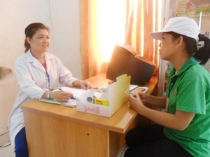 Bác sĩ Bệnh viện quận 1, TP HCM khám sức khỏe cho công nhân   ẢNH: K.NGÂN