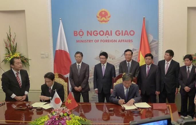 Bộ trưởng Bộ Kế hoạch và Đầu tư Bùi Quang Vinh và Ngoại trưởng Fumio Kishida ký công hàm trao đổi về khoản viện trợ không hoàn lại phi dự án nhằm đảm bảo an toàn hàng hải.