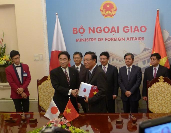 Bộ trưởng Bộ Giáo dục và Đào tạo Phạm Vũ Luận và Ngoại trưởng Nhật Bản Fumio Kishida ký công hàm khoản viện trợ không hoàn lại cho chương trình học bổng phát triển nguồn nhân lực năm 2014