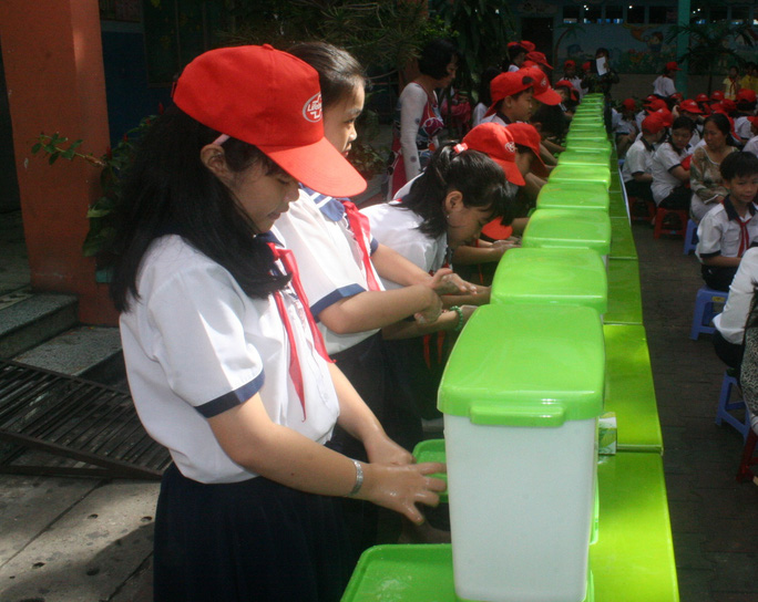 Học sinh trường tiểu học Kỳ Đồng (quận 3, TP HCM), rửa tay bằng xà phòng hưởng ứng chiến dịch tại lễ phát động