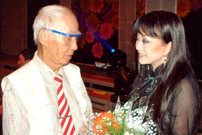 """Ca sĩ Hương Lan tặng hoa mừng thọ nhà thơ Kiên Giang tại Nhà hát TP, trong chương trình """"Làn điệu phương Nam""""."""