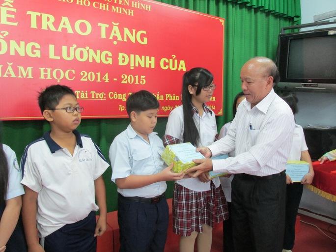 Đại diện Hộ Nông dân TP trao học bổng cho học sinh nghèo