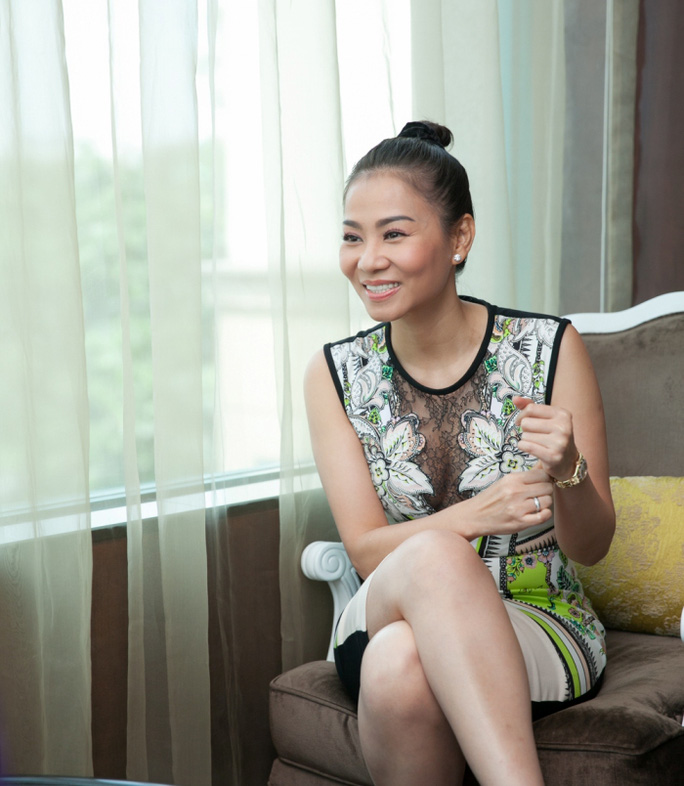 Ca sĩ Thu Minh trả lời phỏng vấn sau buổi họp báo